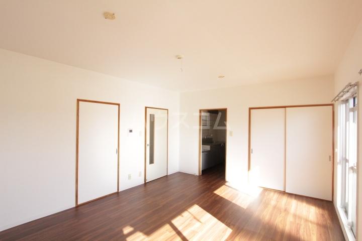 グランドールマンション 402号室のリビング