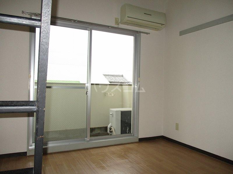 上島ロイドアパートC 201号室のリビング