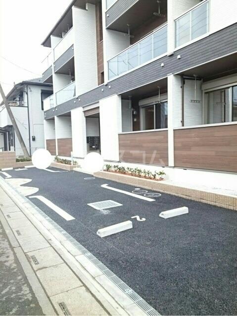 シャトンノアール 01020号室の駐車場
