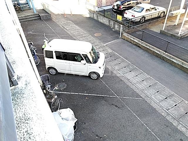 ロイヤルハイツ甲子B 103号室の駐車場