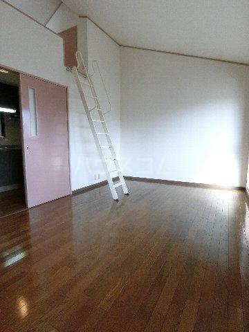 ルミエール原田 203号室のリビング