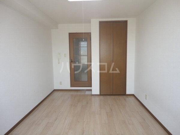 ファミール桂 402号室のリビング
