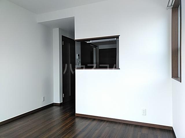 サニーフラット西大宮 101号室のリビング