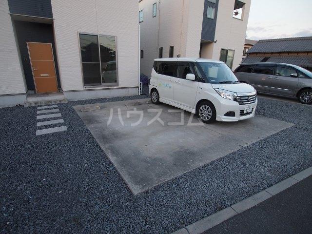 フィット元山の駐車場