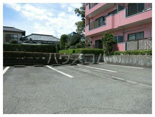 ルミエールカサマ 01030号室の駐車場