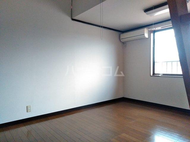 小美玉メゾンオークラ E棟 202号室のリビング