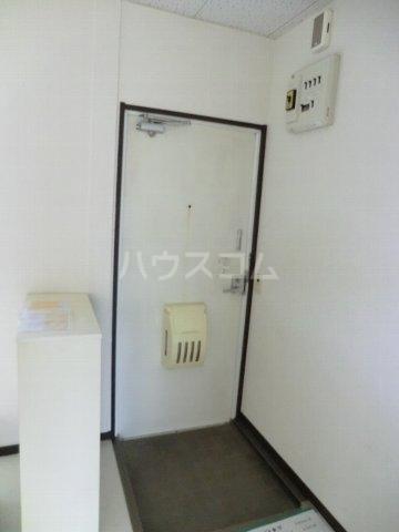 ホワイトハイランドA 201号室の玄関