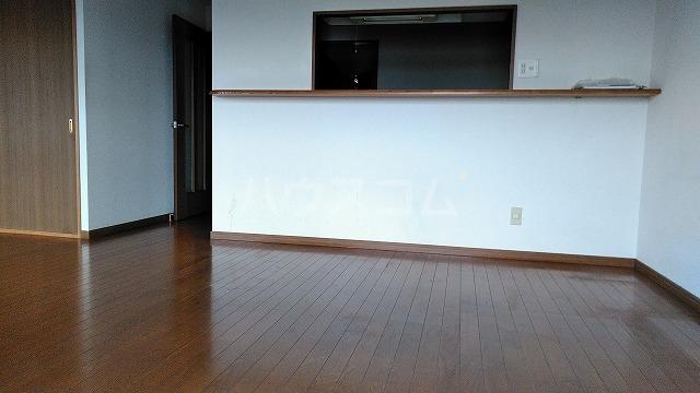 グランドコート鴻の巣 305号室のリビング