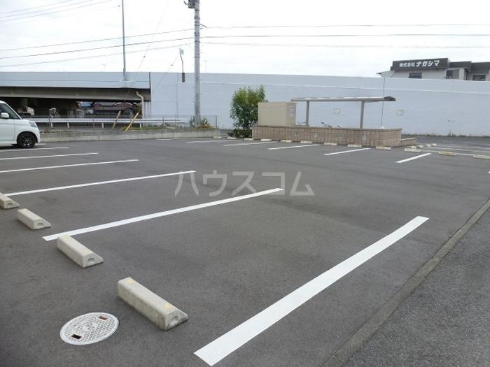 ラ・メゾンMMD Ⅲ 203号室の駐車場