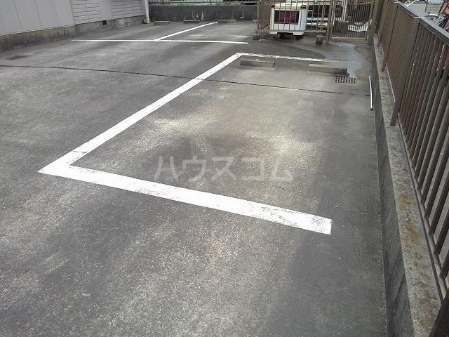 リバーサイドパレス 02010号室の駐車場