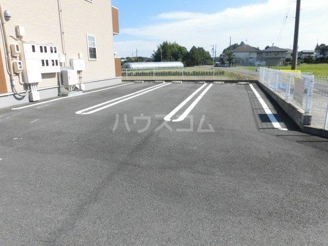 シャイニー 02020号室の駐車場