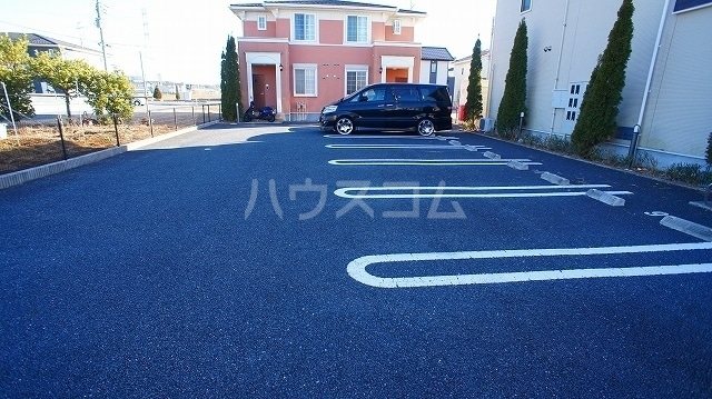 サン・ルーツ B 02010号室の駐車場