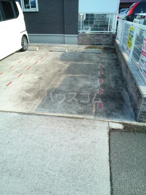 ラザレ 02020号室の駐車場