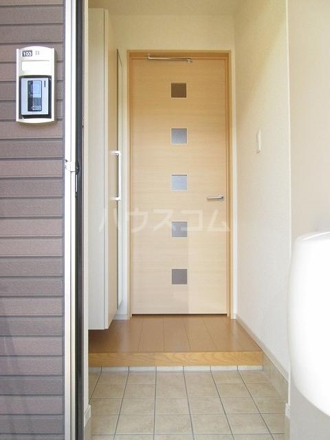 シルバーグラスB 01020号室の玄関