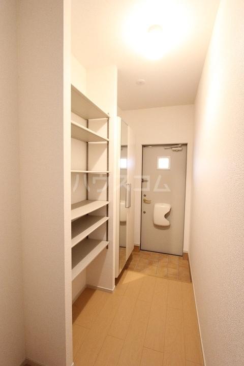 ヴァーサ清水ケ岡 02030号室の玄関