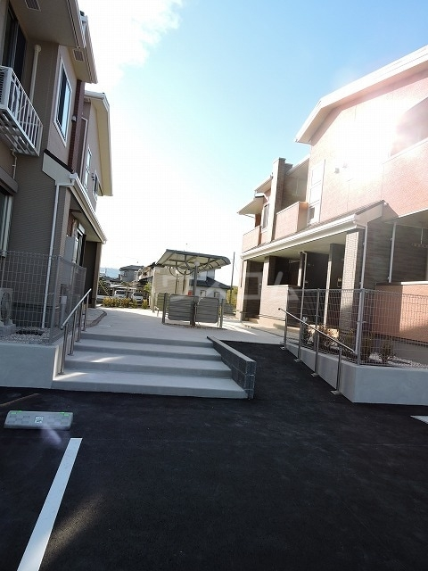 クレール ハピネスA 02010号室の駐車場