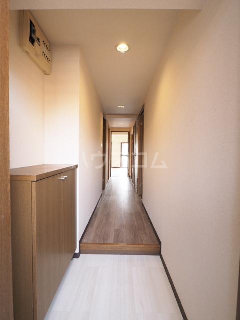 イースト・リバージュ 101号室の玄関