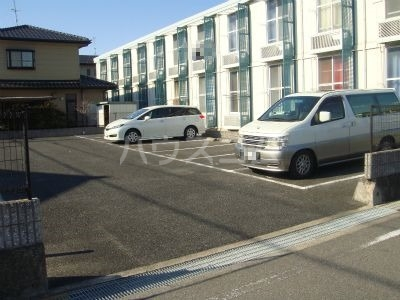 レオパレス西中根公園 211号室の駐車場