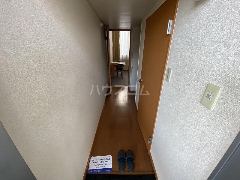 レオパレスVillage英 205号室の玄関