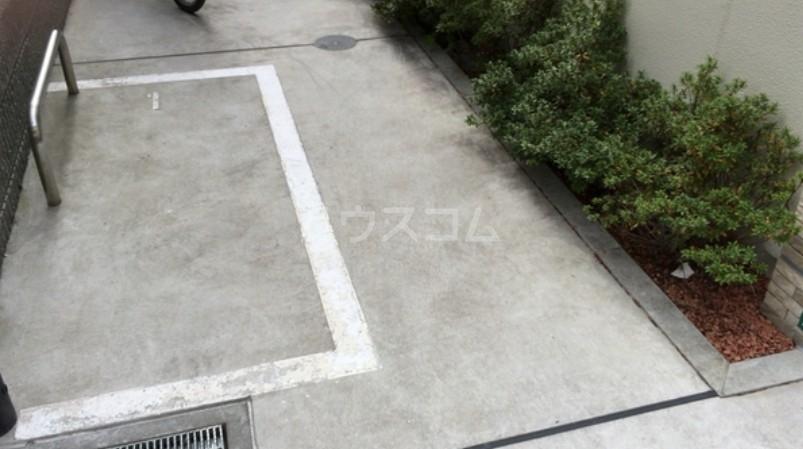 サダルスウド 102号室の駐車場