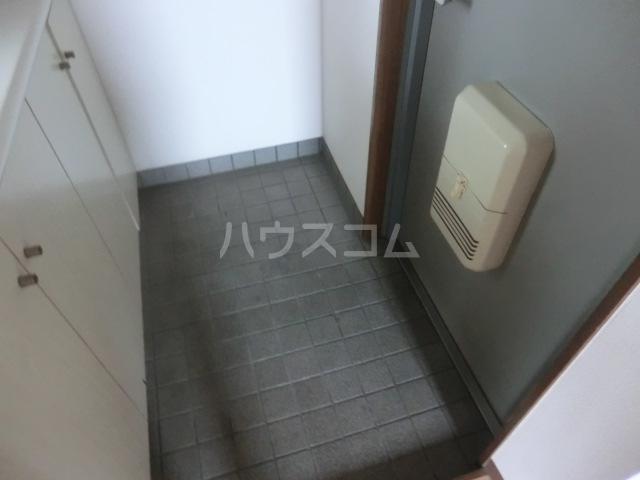 ステーションサイド 201号室の玄関