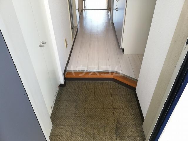 レジデンツFK 101号室の玄関