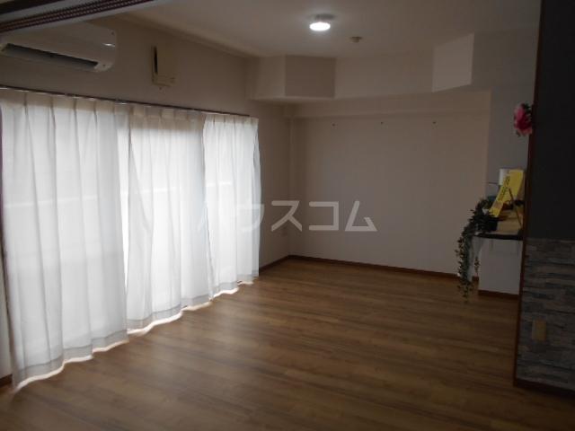 グランドエンブレム横浜 202号室のリビング
