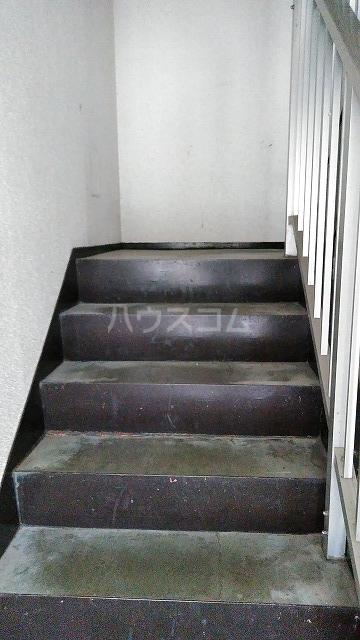 ニューロイヤルスズキ 103号室の玄関