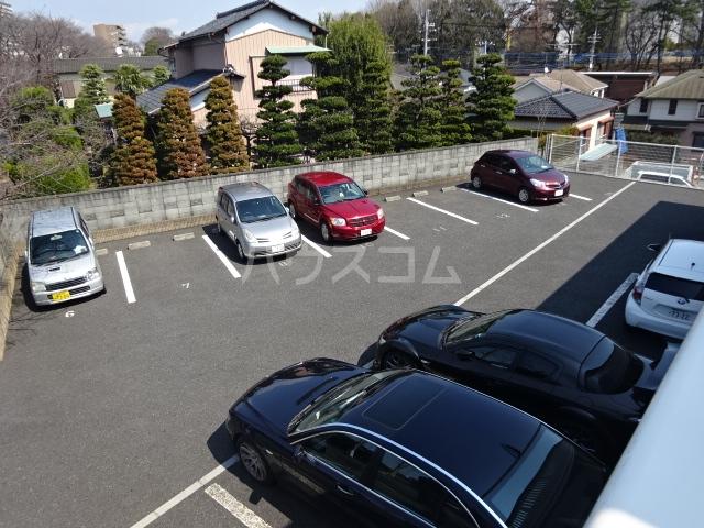 ヴァン・クレール 102号室の駐車場