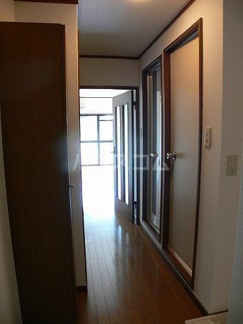 クレセール平和 301号室の玄関