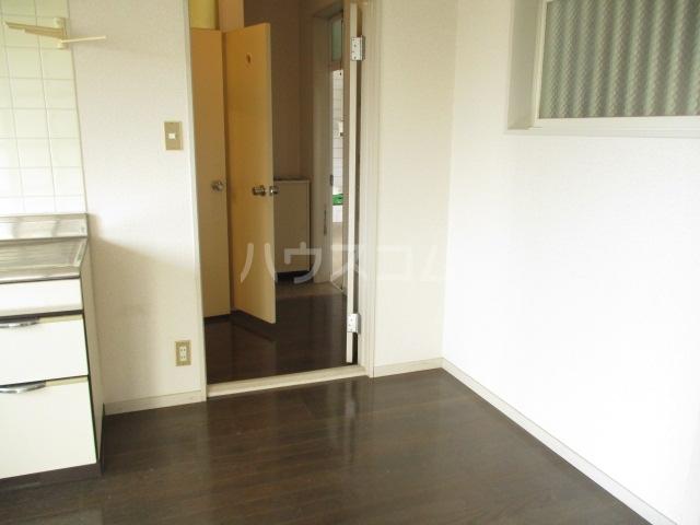 ハイツ中根 206号室の玄関