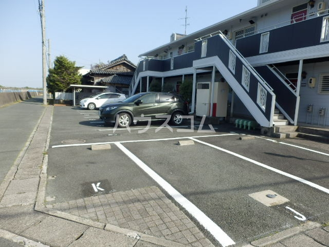 レイクサイド渚 201号室の駐車場
