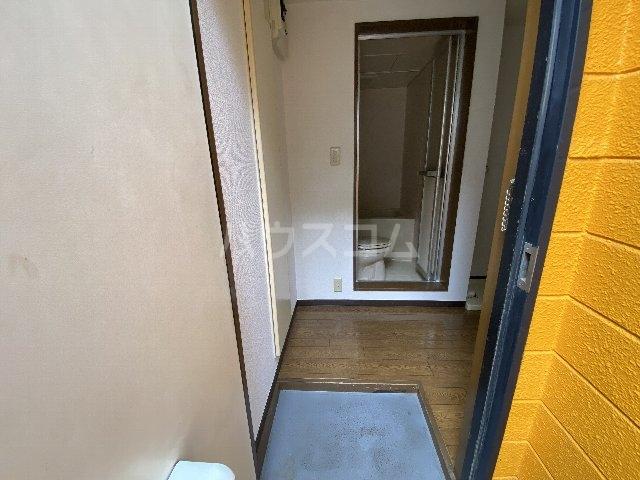 ウィニング谷塚 203号室の玄関