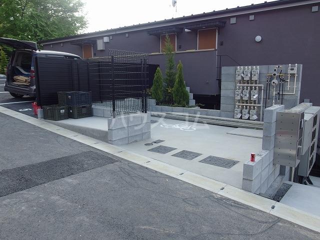クリフビレッジF棟 202号室の駐車場