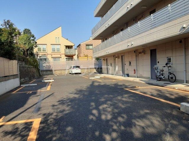 ロイヤルメゾン松ヶ丘 303号室の駐車場