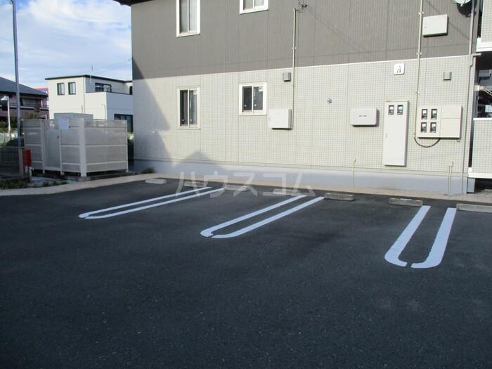コンフィアンスーフェールD 201号室の駐車場