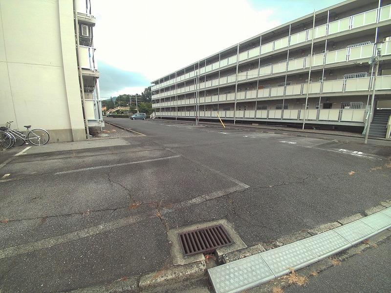 ビレッジハウス仁木 2-110号室の駐車場