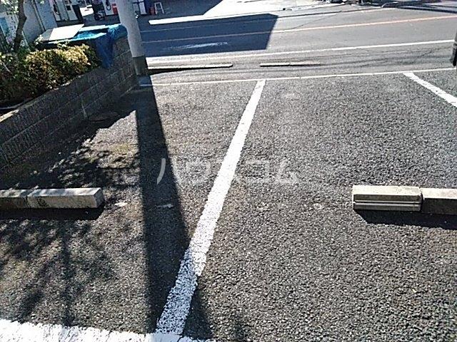 ドミール金子 101号室の駐車場