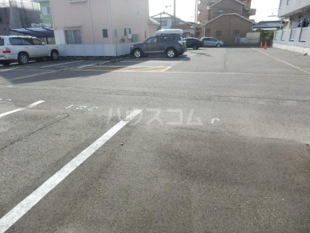 ワンスリーマンション 202号室の駐車場